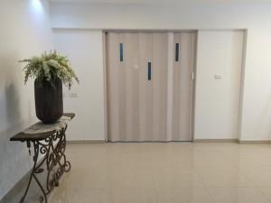 דלת הזזה עם זיגוג