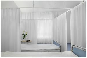 וילונות עוטפים את המיטה